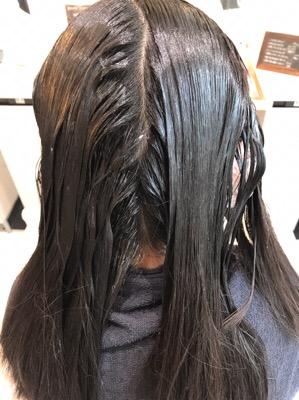 縮毛矯正の薬をつけて放置中の髪
