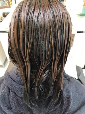 髪質改善トリートメントをつけて時間を置いている状態