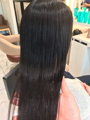 縮毛矯正後のツヤのある髪の写真