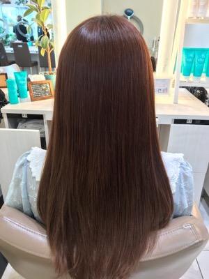 ブリーチ毛に縮毛矯正をかけた髪の写真