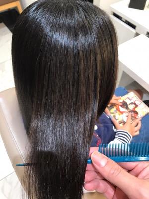 縮毛矯正後の艶のある髪の写真