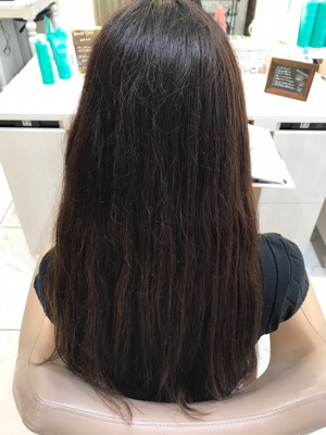髪の毛の表面のチリチリや広がりが悩みで縮毛矯正するか悩んでいた髪