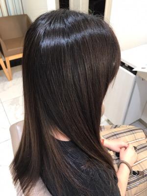 髪の毛の表面のチリチリや広がりが悩みで縮毛矯正するか悩んでいた髪に縮毛矯正をかけた写真