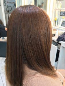 ハイトーン(明るめ)の髪に縮毛矯正をかけた状態