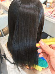 縮毛矯正の仕上がり、ツヤを確認している写真