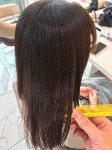 縮毛矯正カラーの仕上がり、ツヤを確かめている写真