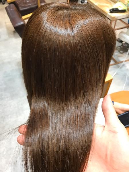 縮毛矯正を終えたサラサラ髪の写真