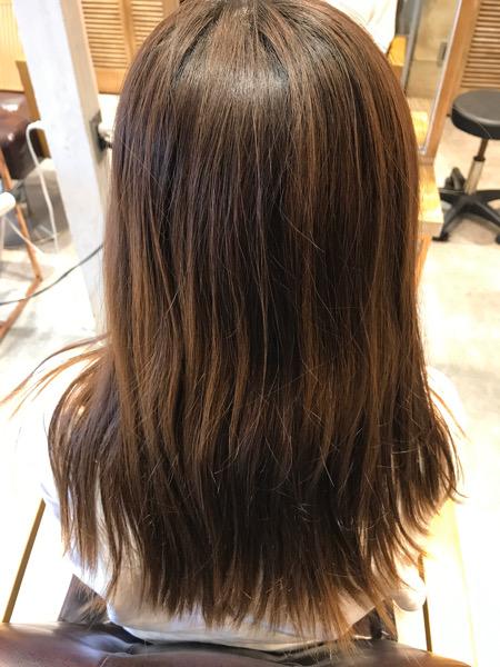 カラーをしている髪に縮毛矯正をかける前の様子