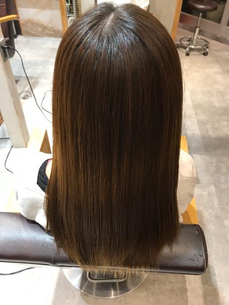 カラーをしている髪に縮毛矯正をかけたバックショット写真