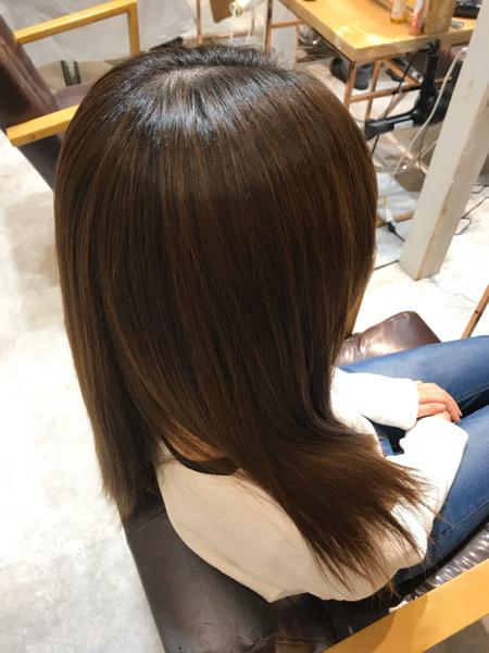 カラーをしている髪に縮毛矯正をかけたサイドバックショットの写真