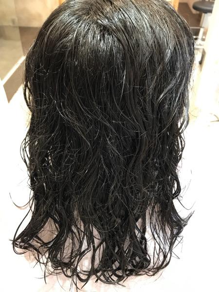 縮毛矯正をかける前の濡らした髪