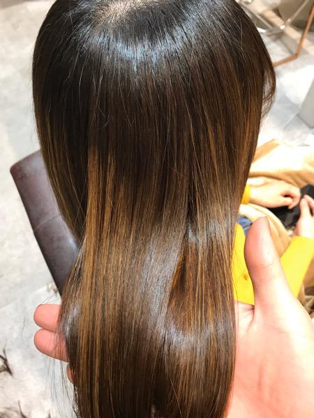 根元に縮毛矯正、中間、毛先に髪質改善トリートメントをした時の髪のツヤ