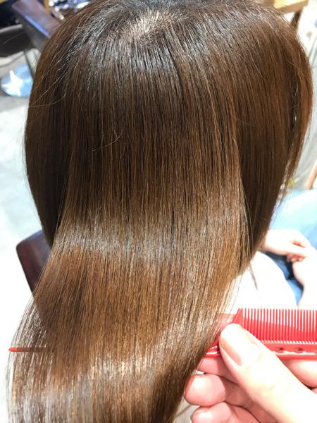 チリチリする髪に縮毛矯正をかけた後の髪の艶