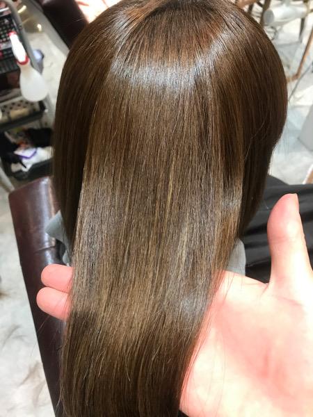 ハイライト(ブリーチ)の入った髪に縮毛矯正をした後の髪は艶々