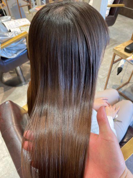 縮毛矯正と髪質改善トリートメントをした髪のツヤ写真