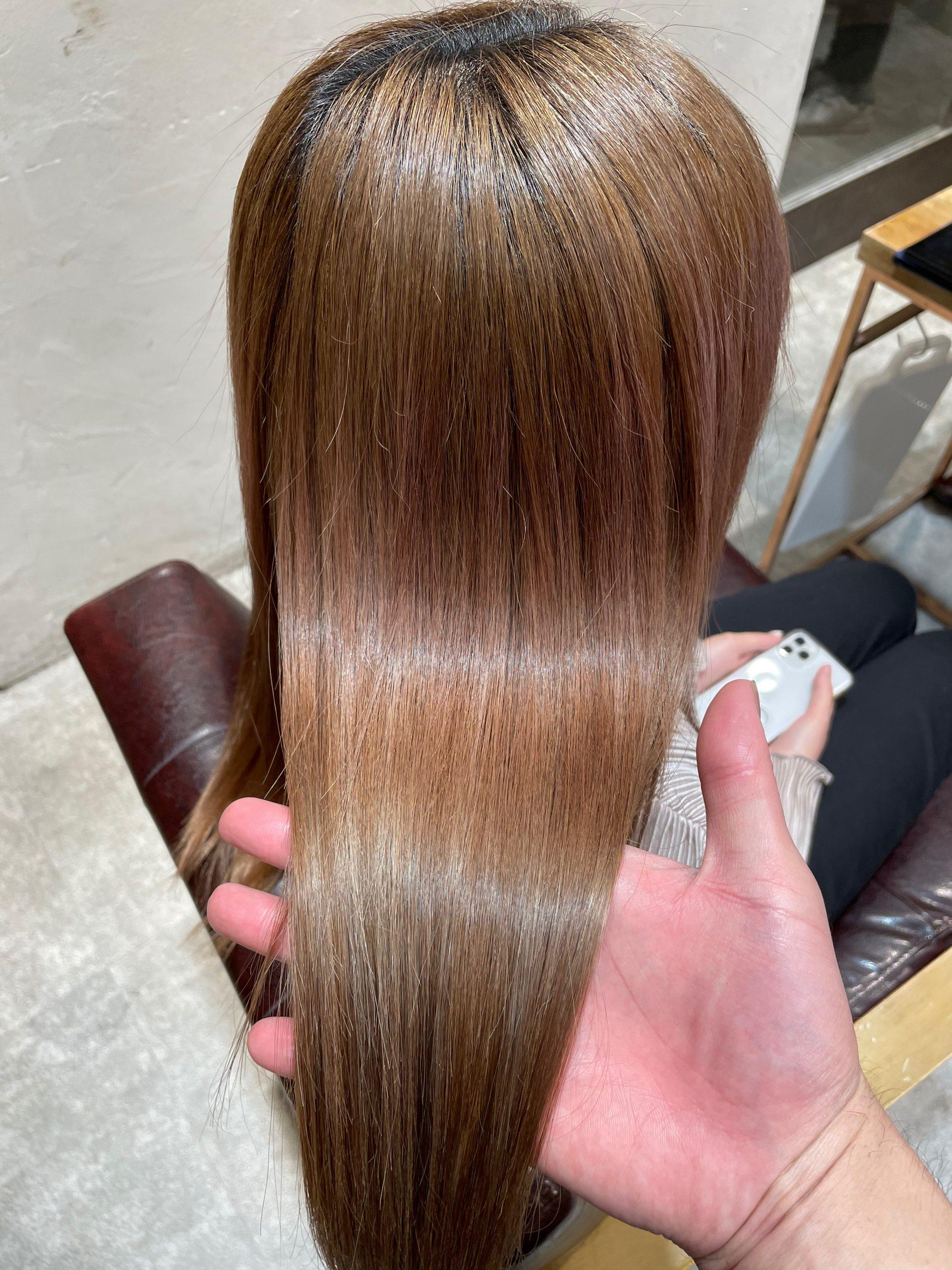 ブリーチ毛に縮毛矯正をかけた髪のツヤ