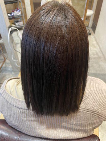 インナーカラーにブリーチ縮毛矯正をかけた髪のバックショット