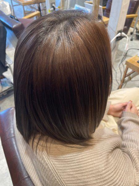 インナーカラーにブリーチ縮毛矯正をかけた髪のサイドバックショット