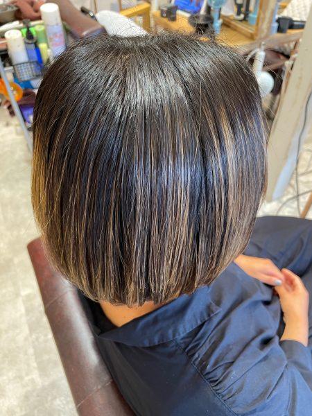 ハイライトの髪に縮毛矯正&髪質改善トリートメントをした後の状態(サイドバック)