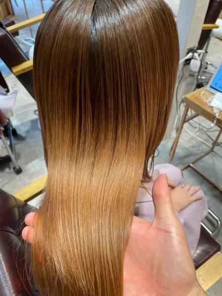 ブリーチ毛に縮毛矯正と髪質改善トリートメントをした髪のツヤの写真