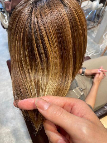縮毛矯正と髪質改善トリートメントをハイライト(ブリーチ)が入っている髪にした写真